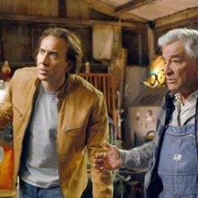Nicolas Cage e Peter Falk in una scena del film Next