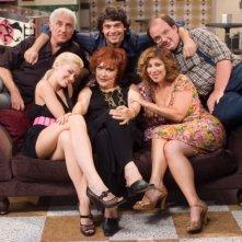 Una foto promozionale del cast della sitcom '7 Vite'