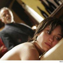 Una sensuale Carolina Crescentini e Giorgio Faletti in una scena del film Cemento armato