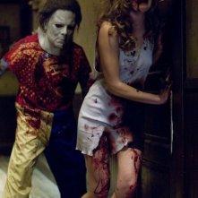 Tyler Mane insegue la sua prossima vittima in una scena del film Halloween