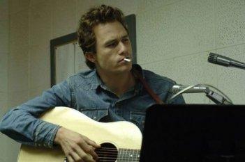 Heath Ledger in una scena di Io non sono qui, del 2007