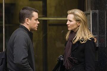 Matt Damon e Joan Allen in una scena del film The Bourne Ultimatum