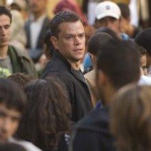 Matt Damon tra la folla in una scena del film The Bourne Ultimatum