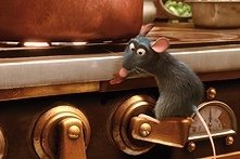 Una scena del film Ratatouille, con il piccolo Remy alle prese con una cucina più grande delle sue abilità culinarie