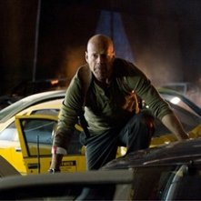 Bruce Willis in una scena d'azione del film Live Free or Die Hard