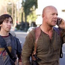 Justin Long con Bruce Willis  in una scena del film Live Free or Die Hard
