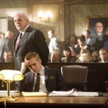 Ryan Gosling e Anthony Hopkins  in una scena del film Fracture