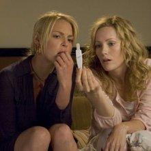 Katherine Heigl e Leslie Mann in una scena di Molto incinta