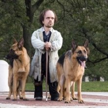Peter Dinklage in una scena del film Underdog
