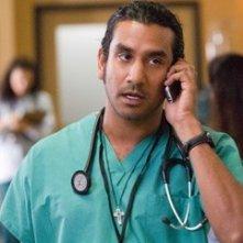 Naveen Andrews in una scena de Il buio nell'anima