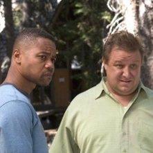 Cuba Gooding Jr e Paul Rae in una scena del film Il campeggio dei papà