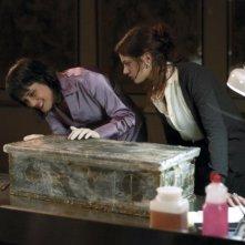 Coralina Cataldi Tassoni e Asia Argento tentano incautamente di aprire l'urna contenente i resti della Terza Madre