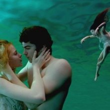Evan Rachel Wood e Jim Sturgess in una bella scena di Across the Universe