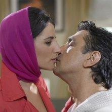 Vincenzo Salemme e Luisa Ranieri si baciano in una scena di SMS - sotto mentite spoglie