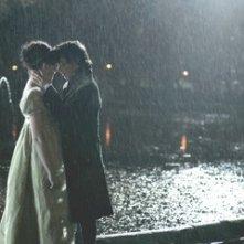 Anne Hathaway e James McAvoy in una sequenza del film Becoming Jane - il ritratto di una donna contro