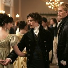 Laurence Fox, Anne Hathaway e James McAvoy in una scena del film Becoming Jane - il ritratto di una donna contro