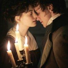 Un bacio tra Anne Hathaway e James McAvoy, protagonisti del film Becoming Jane - il ritratto di una donna contro