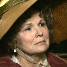 Un primo piano di Julie Walters nel film Becoming Jane