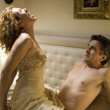Un amplesso 'gridato' per Vincenzo Salemme e Lucrezia Lante della Rovere in una sequenza di SMS - sotto mentite spoglie