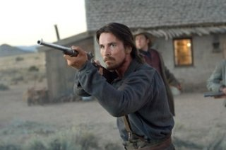 Christian Bale in una scena di Quel treno per Yuma