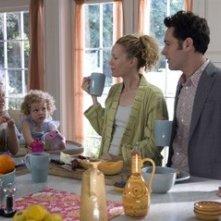 Paul Rudd e Leslie Mann con le piccole Maude e Iris Apatow in una scena di Molto incinta