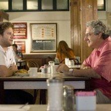 Seth Rogen con Harold Ramis in una sequenza di Molto incinta