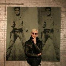 Un irriconoscibile Guy Pearce interpreta Andy Warhol nel film Factory Girl