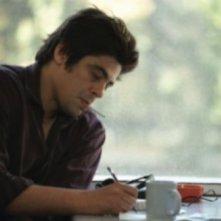 Benicio Del Toro in una scena di Noi due sconosciuti
