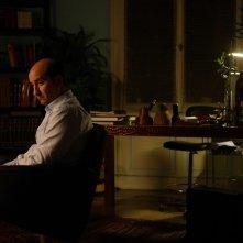 Antonio Albanese in un'immagine suggestiva del film Giorni e nuole