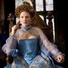 Cate Blanchett interpreta Queen Elizabeth I in una scena del film Elizabeth: The Golden Age