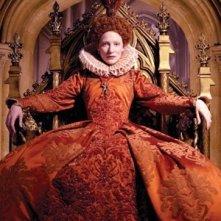 Una regale Cate Blanchett in una scena del film The Golden Age