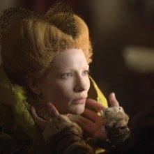 Cate Blanchett in una scena del dramma storico Elizabeth The Golden Age