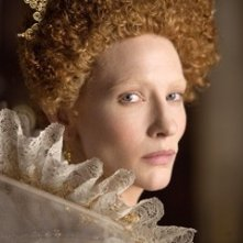 Una magnetica Cate Blanchett in una scena del film The Golden Age