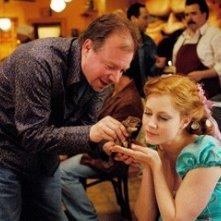 Amy Adams con il regista Kevin Lima  sul set di Come d'incanto