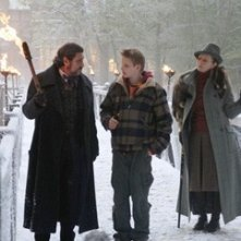 Alexander Ludwig e Ian McShane con Frances Conroy in una scena de Il risveglio delle tenebre