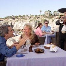 Ben Stiller a pranzo con Malin Akierman in una scena de Lo spaccacuori.