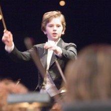 Il giovanissimo Freddie Highmore in una scena di August Rush