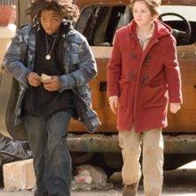 Freddie Highmore (con il cappotto rosso) in una scena di August Rush