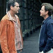 Greg Kinnear e Pierce Brosnan in una scena di The Matador
