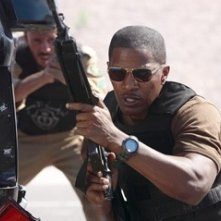 Jamie Foxx in una scena d'azione di The Kingdom