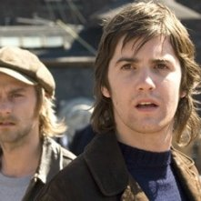 Joe Anderson e Jim Sturgess in una scena di Across the Universe