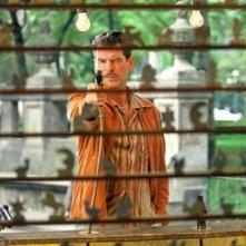 Pierce Brosnan in una scena del film The Matador