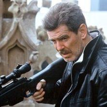 Pierce Brosnan in una sequenza di The Matador
