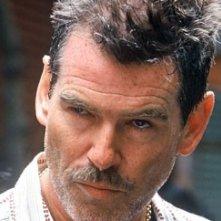 Un intenso primo piano di Pierce Brosnan in una scena di The Matador