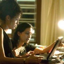 Angelina Jolie con Archie Panjabi in una scena del film A Mighty Heart
