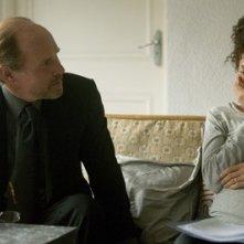 Will Patton con la Jolie in una scena del film A Mighty Heart - Un cuore grande
