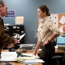 Charlize Theron con Tommy Lee Jones in una scena di In the Valley of Elah
