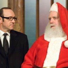 Kevin Spacey con Paul Giamatti in una scena di Fred Claus