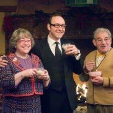 Trevor Peacock con Kathy Bates e Kevin Spacey in una scena di Fred Claus - Un fratello sotto l'albero