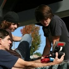 Gus Van Sant spiega una scena ai giovani protagonisti del film Paranoid Park
